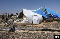 Restos del avión ruso Airbus A321 que se estrelló el sábado 31 de octubre de 2015, en la península del Sinaí y causó la muerte de las 224 personas a bordo.