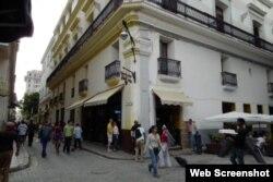 En el Café Paris de la calle Obispo coinciden turistas y niñas prostitutas.