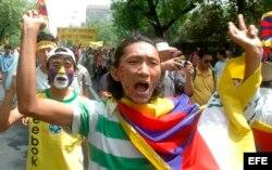 Tibetanos gritan consignas durante una manifestación.