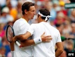 Berdych (i) felicita a Federer por su victoria.