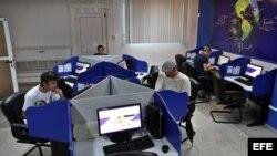 Varias personas se conectan a internet desde una sala de navegación hoy, 4 de junio de 2013, en La Habana (Cuba). Los cubanos estrenaron este martes nuevos servicios para conectarse a internet con la apertura de 118 nuevas salas de navegación en todo el p