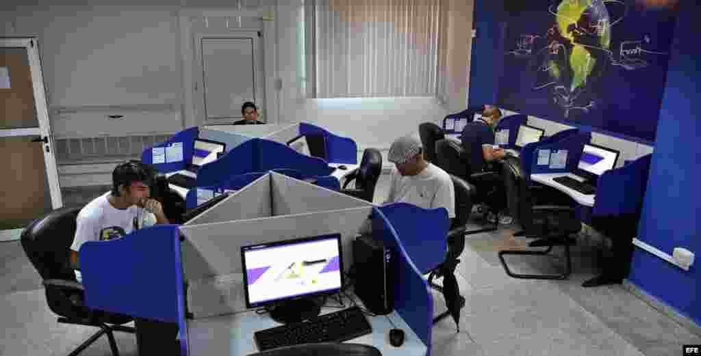 Varias personas se conectan a internet desde una sala de navegación.