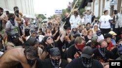 28/08/2012.- Manifestantes, muchos vestidos a la forma de bloque negro protestan ante la Convención Nacional Republicana en Tampa, Florida (EE.UU.).