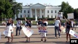 En esta foto de archivo, un grupo de jóvenes protesta frente a la Casa Blanca por Reforma Migratoria.