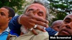 Agustín López víctima de violencia policial por gritar vivan los Derechos Humanos