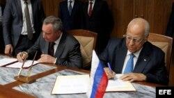 Los copresidentes de la comisión intergubernamental Cuba-Rusia, el vicepresidente cubano Ricardo Cabrisas Ruiz (d) y el vicepresidente de Rusia, Dmitry O. Rogozyn(i), firman diferentes acuerdos el 8 de diciembre de 2016.