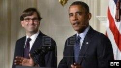 El presidente estadounidense, Barack Obama (d), presenta a Jason Furman (i), la persona que ha nominado para encabezar el Consejo de Asesores Económicos de la Casa Blanca, en la Casa Blanca.