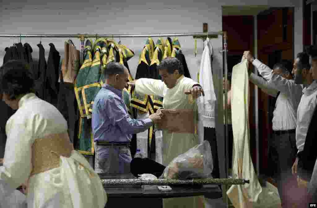 Antonio Banderas (c), es vestido con la túnica de Mayordomo de la Virgen María Santísma de Lágrimas y Favores de la cofradía de las Fusionadas.