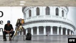 """Un fotógrafo ambulante, de los conocidos popularmente como """"minuteros"""", espera la llegada de algún cliente frente al Capitolio."""