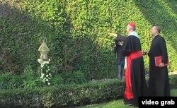 El cardenal Bertone, canciller emérito de El Vaticano, rocía con agua bendita la imagen de la Caridad del Cobre.