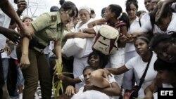 Miembros de las Damas de Blanco son arrestadas por la Policía, el 20 de marzo de 2016.