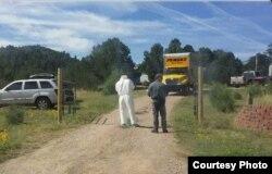 Agentes custodian la entrada a una propiedad allanada en Westcliffe, CO, por cultivo de marihuana con fines de tráfico (FB).