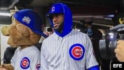 LeBron James viste el uniforme de los Chicago Cubs.