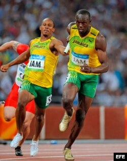 Usain Bolt (d) durante los 4x100 metros relevos en el Estadio Nacional de Pekín, en agosto de 2008.