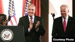 El vicepresidente de EE.UU., Joe Biden (d) es presentado por el presidente de la Universidad de Tampa Ronald Vaughn (c) y la congresista Kathy Castor (i).