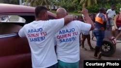 Las camisetas que Iván Amaro Hidalgo y Abel Bello vistieron en el cumpleaños 90 de Fidel Castro. Foto: Disneidis Ortiz.
