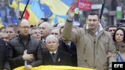 El opositor ucraniano Arseniy Yatsenyuk (i), el ex premier polaco Jaroslaw Kaczynski (c) y el campeon mundial de boxeo y lider de UDAR (Golpe) Vitaliy Klitschko (R) encabezab la protesta.