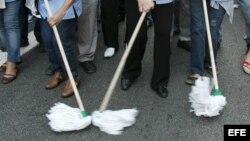 Fotografía de archivo de trabajadores de limpieza. EFE/TONI GARRIGA