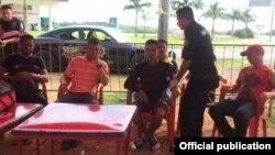 Cinco de los seis balseros cubanos que llegaron con ayuda de pescadores a Chicxulub Puerto, Yucatán.