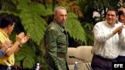 """Fidel Castro en la sesión de clausura del VIII Congreso de la Unión de Jóvenes Comunistas (UJC), junto a dos """"cuadros""""."""