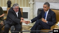 El presidente de Uruguay, José Mújica (i), estrecha la mano del presidente de Estados Unidos, Barack Obama (d), durante su comparecencia conjunta ante la prensa en el Despacho Oval en la Casa Blanca en Washington DC