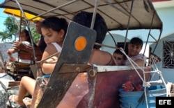 Una familia viaja en un coche halado por un caballo en en la provincia de Las Tunas.