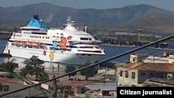 Reporta Cuba. Crucero en la bahía de Santiago de Cuba el 25 de diciembre, 2014. Foto: Ridel Brea.
