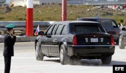 El coche oficial del presidente de Estados Unidos, Barack Obama, abandona el aeropuerto de San Petersurgo (Rusia) para asistir a la cumbre del G20.