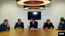 El primer ministro polaco, Donald Tusk; el presidente francés, François Hollande, el primer minstro británico, David Cameron; la canciller alemana, Angela Merkel, y el primer ministro italiano, Matteo Renzi, durante una reunión previa a la cumbre extraordinaria de los Veintiocho para abordar la crisis en Ucrania