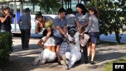 Policía política reprime a Damas de Blanco