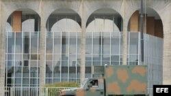 Vehículos del Ejército brasileño se posicionan frente al Palacio del Itamaraty, en Brasilia, para de las labores de seguridad de la XLIV Cumbre semestral del Mercosur.