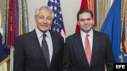 Fotografía cedida por la Secretaría de Defensa de EEUU del ministro colombiano de Defensa, Juan Carlos Pinzón (d), posando junto al secretario de Defensa de EEUU, Chuck Hagel (i), hoy, miércoles 1 de mayo 2013, durante una reunión en Washington