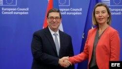 El ministro cubano de Exteriores, Bruno Rodríguez (i), saluda a la jefa de la diplomacia europea, Federica Mogherini, antes de la reunión sobre el acuerdo de diálogo y cooperación UE-Cuba en Bruselas (Bélgica) el 12 de diciembre de 2016.