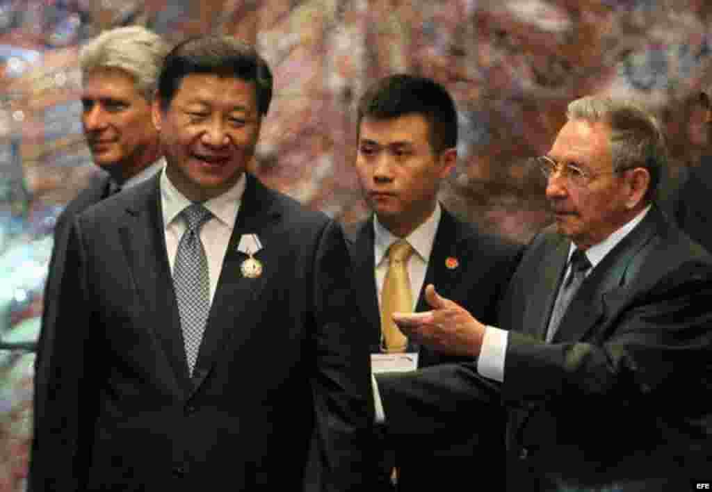 Raúl Castro (d), condecora a su homólogo de China, Xi Jinping (i), con la orden José Martí en el Palacio de la Revolución de La Habana (Cuba).