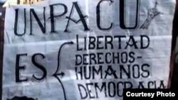 Carteles antigubernamentales en Cuba.