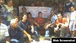 Activistas en Placetas junto al huelguista Santos Caballero 15 de junio 2013.