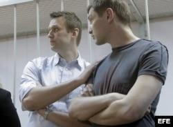 El bloguero ruso disidente Alexei Navalny (i) y su hermano Oleg, tras escuchar su sentencia en Moscú.