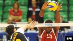 Robertlandy Simón bloquea un ataque en un partido del Campeonato Mundial Masculino de Voleibol en Florencia (Italia).