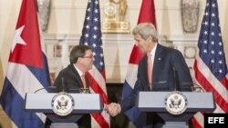 John Kerry (d), saluda al canciller cubano Bruno Rodríguez (i).