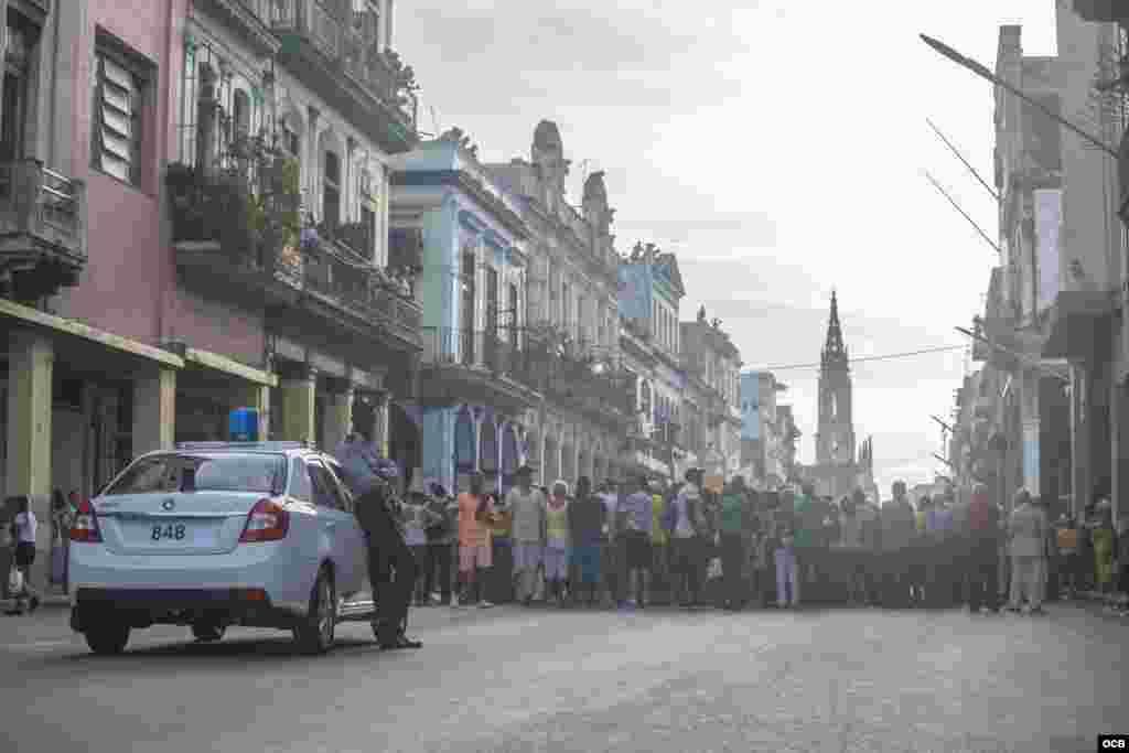 Vigilancia policial en las calles habaneras durante la procesión a la Virgen de la Caridad.