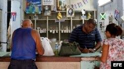 Cubanos compran productos racionados en una bodega en La Habana. (Archivo)