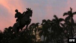 Estatua del prócer cubano José Martí, réplica exacta de una ubicada en el Parque central de Nueva York.