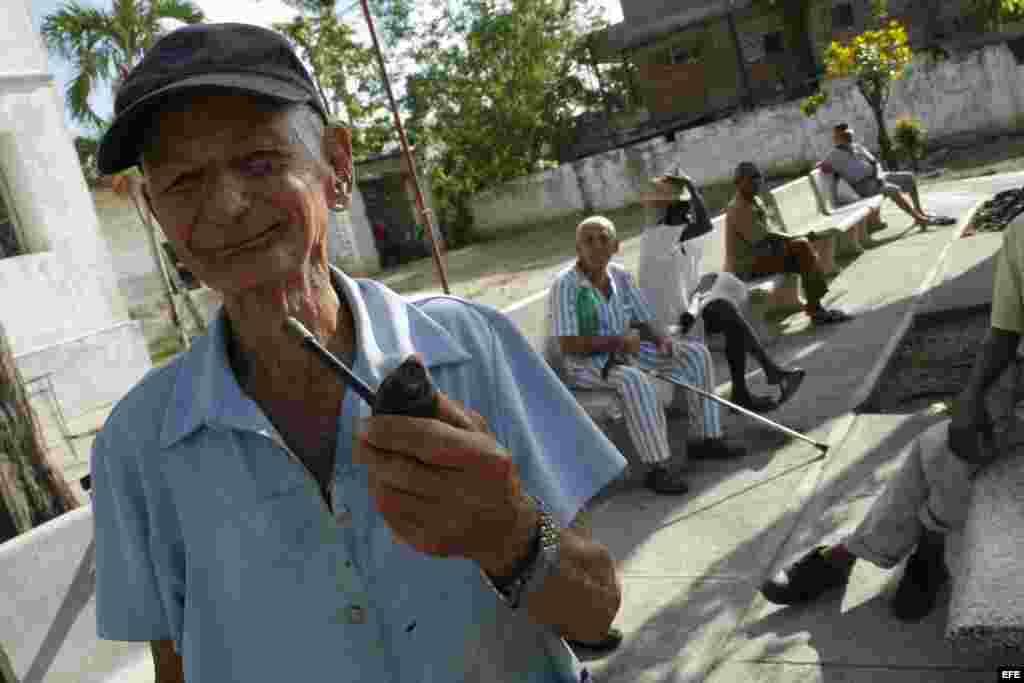 Un grupo de ancianos en un asilo en Holguín. Foto Archivo. La dinámica demográfica para reponer una población joven requiere que los de 0 a 15 años sean el doble del grupo de 60 y más.