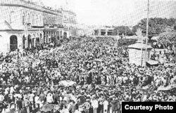 20 de mayo de 1902: Numerosos cubanos esperan en la Plaza de Armas para ver ondear su bandera.