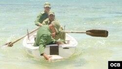 Soldados cubanos recojen drogas en zonas costeras.