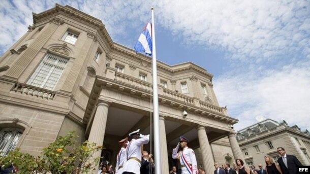 La bandera de Cuba se izó en Washington, el 20 de julio de 2015 en la ceremonia de apertura de la embajada cubana.