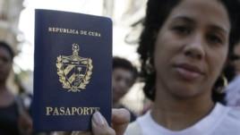 Una cubana muestra su pasaporte cubano obtenido en una oficina de inmigración en La Habana, Cuba