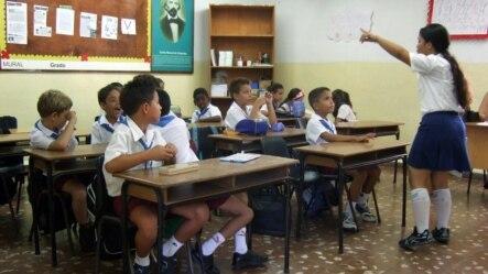 HAB106 LA HABANA (CUBA) 03/09/2007-. Estudiantes cubanos en su aula, hoy, 3 de septiembre de 2007, en el primer día de clases en La Habana. La educación junto a la salud pública, son dos sectores de acceso gratuito para la población, que se han destacado