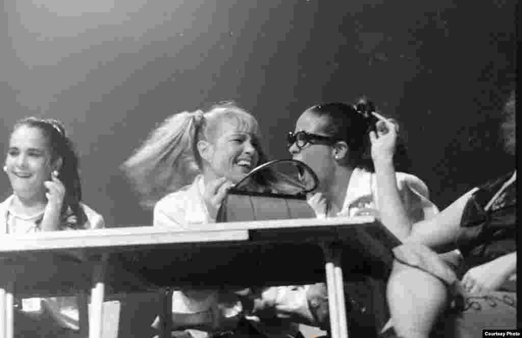 Vaselina (1998). Actrices Blanca Vietes y Simone Blamaseda al centro. Foto de Jorge Ignacio Pérez.
