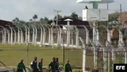 Varios militares custodian a dos reclusos en la prisión Combinado del Este, en La Habana, durante una visita realizada por la prensa nacional y extranjera acreditada en la isla (9 de abril, 2013).